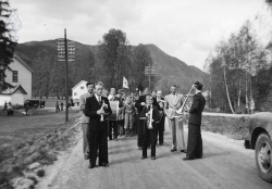 17 mai 1954 ved kommunehuset - #KvH 08-028 b