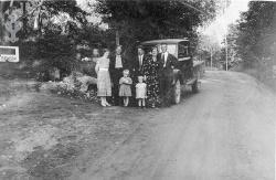 Alfred Myrann med folk og lastebil - #KvH 09-097 b