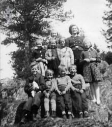 Barneflokk på Bakken 1944 - #KvH 03-047 b
