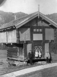 Loftet på Midtbøen 1920 Tov Tone Toralf og Olav Midtbøen -#KvH 04-179 b