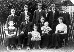 Familien på Breidalen omlag 1910 - #KvH 05-064 b