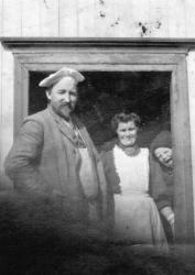 Frithjof Hjalmar og Karoline Marie Lillefjære Jacobsen i døra på det gamle bakeriet som brann ned i 1911 Halfdan fekk og vera med på fotograferinga i 1906 - #KvH 07-035 b