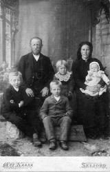 Finnkosi familien 1901 Øystein og Gunhild med borna fv Jan Torvald Bergit og Mari - #KvH 05-074 b