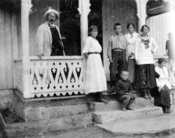 Aslak Bergland med nokre born på trappa i prestegarden Moen - #KvH 05-076 b