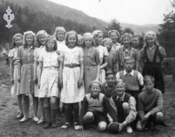 På leikeplassen på Moen skule 1947 - #KvH 079 b