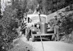 Toralf Midtbøen med bil 05 Tømmerbil i 40 åra - #KvH 09-030 b