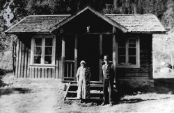 Eivind og Bergit Floti framfor stova si frå 1959 - #KvH 05-028 b